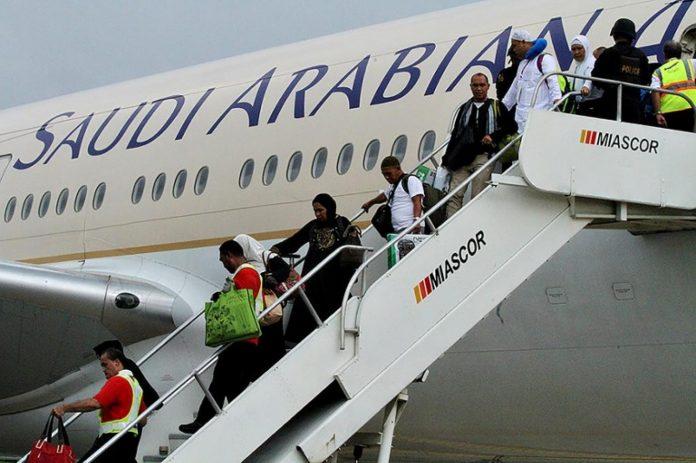 "Mulai tahun ini Garuda dan Saudi Airlines akan angkut jamaah haji asal Indonesia menuju Tanah Suci. Hal ini sesuai dengan penandatanganan kesepakatan antara Kementerian Agama bersama Garuda Indonesia dan Saudi Arabian Airlines di Kantor Kemenag. Dirjen Penyelenggaraan Haji dan Umrah, Nizar Ali menandatangai dokumen kesepakatan bersama Direktur Niaga PT Garuda Indonesia, Pikri Ilham, serta VP Hajj dan Umrah Saudi Arabian Airlines, Abdul Majid. ""Asumsi jumlah jamaah haji reguler dan petugas kloter yang akan diterbangkan sebanyak 206.535 orang dengan 507 kloter. Sebanyak 104.055 jamaah akan terbang dengan Garuda Indonesia, sedang 102.475 jamaah terbang dengan Saudi Arabian Airlines,"" ucap Nizar Ali. Nizar juga menerangkan perihal embarkasi pemberangkatan jamaah haji untuk masing-masing airlines. ""Nantinya Garuda Indonesia akan memberangkatkan jamaah haji dari Embarkasi Aceh, Medan, Padang, Jakarta-Pondok Gede, Solo, Banjarmasin, Balikpapan, Makassar, dan Lombok sementara Saudi Arabian Airlines akan menerbangkan jamaah haji dari Embarkasi Batam, Palembang, Jakarta-Bekasi, dan Surabaya,"" imbuhnya. Lebih lanjut lagi, ia juga mengungkapkan perihal masa operasional pemberangkatan jamaah haji tahun 2019 ini."